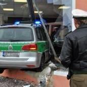 Polizeiauto im Schaufenster