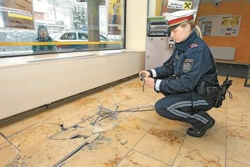 Der Geldautomat wurde mit einem Pkw aus der massiven Verankerung gerissen. Foto: VN/Hofmeister