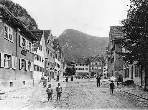 Der Roman führt in die Geschichte von Hohenems zurück. Im Bild ist die Israelitengasse um 1900 zu sehen. FotoS: JMH