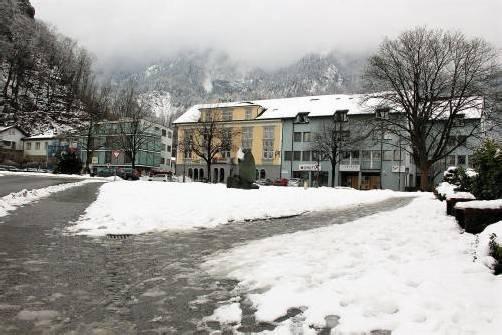 """Der Schnee schmilzt, wie hier am Hohenemser Schlossplatz. Splitt und auch andere """"Gegenstände"""" treten an die Oberfläche."""
