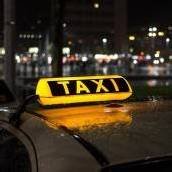 69-Jährige von Taxi auf den Zebrastreifen geschleudert