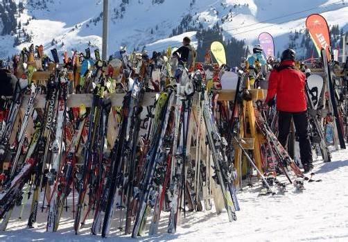 Die Täter sollen auch Ski gestohlen haben. Foto: symbolbild