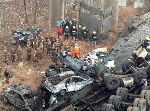 Die Wucht der Explosion lässt die Brücke einstürzen. Lastwagen und Autos stürzen 30 Meter in die Tiefe. Foto: Reuters