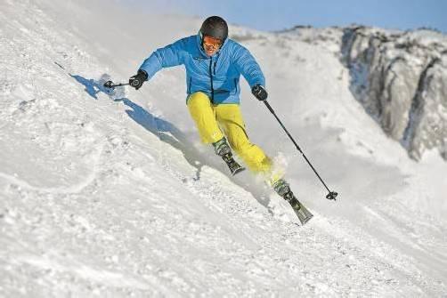 Eine gut passende Sportbrille gehört genauso zur Skiausrüstung wie die Sicherheitsbindung oder der richtige Skischuh. Foto: VN