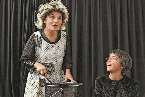 """Elke Maria Riedmann mit ihrem Sohn Oskar in """"Die Zauberin und ihr Kater"""". Foto: TAS"""