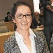 Miss Budget weist Vorwürfe im Untersuchungsausschuss zurück
