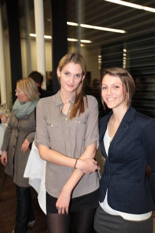 Famulantinnen als Gratulanten: Clelia Appel (l.) und Karoline Knopp. FotoS: AME