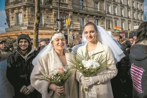 Frankreich lässt die Homo-Ehe zu: In Paris gab es zuletzt Demonstrationen dafür und dagegen. Dieses Paar freute sich über den Beschluss. Foto: DAPD