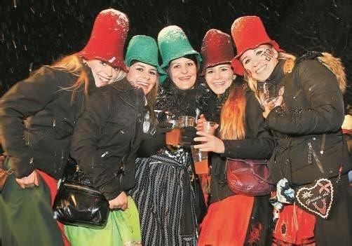 """Gut behütet nahm dieses flotte Damenquintett am Umzug durchs """"Schaaner Ried"""" in Frastanz teil. Foto: VN/Hofmeister"""