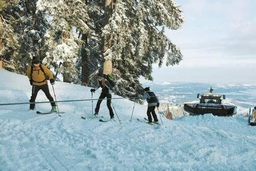 Im Skigebiet müssen Tourengeher aufpassen. Pistengeräte bei der Arbeit sind ein Risikofaktor. Foto: SIGE