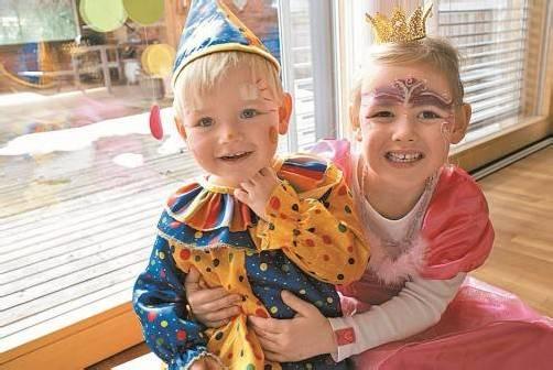 Johanna (2) und Theresa (4) aus Lingenau sind als Clown und Prinzessin ganz in ihrem Element.