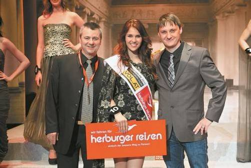 Klaus Herburger (l.) und Marc Springer (VOL.AT) mit der Miss Online Elena.