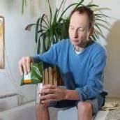 Gesund mit Senfbad und geschnittenen Zwiebeln