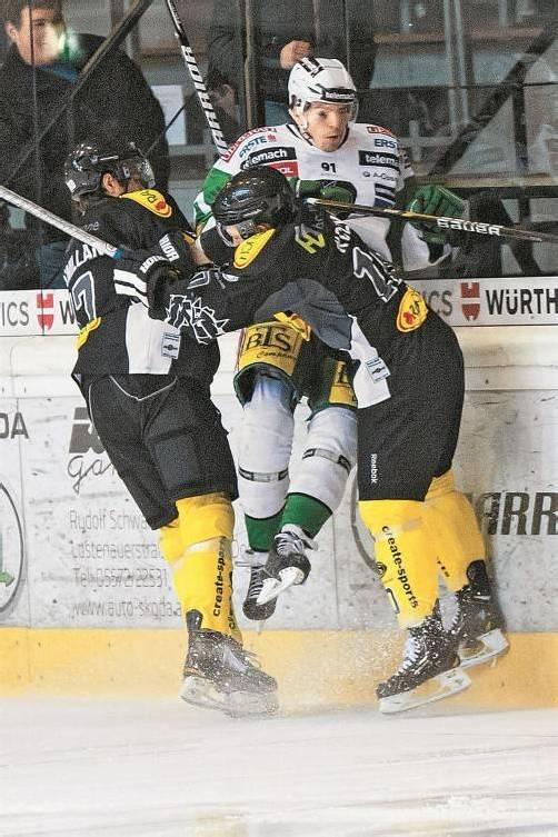 Logan MacMillan und Andrew Kozek (r.) demonstrierten Teamwork im Eishockey. Foto: VN/Stiplovsek