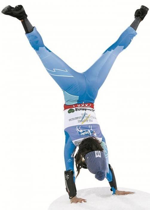 Mit einem Überschlag feierte Sloweniens Ski-Star Tina Maze noch im Ziel-Stadion ihre Goldmedaille im Super-G. Foto: gepa