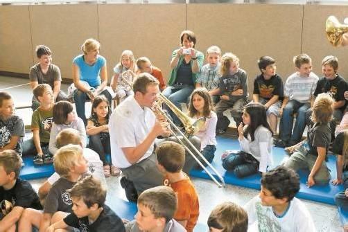 Mitglieder der Militärmusik Vorarlberg gehen auch immer wieder in die Schulen, um die Kinder für Musik zu begeistern. Foto: VN