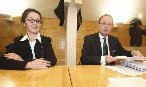 Monika Rathgeber und Anwalt Herbert Hübel vor Beginn des Prozesses am Landesgericht Salzburg. Foto: apa