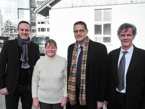 Spitalsdirektor Till Hornung (l.) und Kindergartenchefin Maria Gasser mit LR Christian Bernhard und Spitalsdirektor Gerald Fleisch. Fotos: FRANC