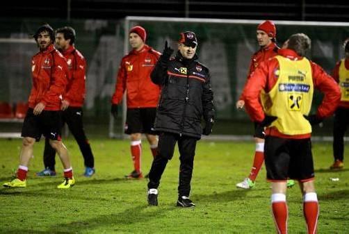 Teamchef Marcel Koller (Mitte) erwartet von seinen Schützlingen in Wales eine klare Steigerung. Foto: gepa