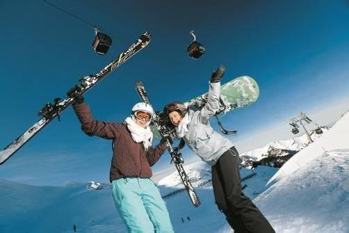 Tina und Elisabeth genossen einen frühlingshaft milden Wintertag in Mellau-Damüls. Foto: l. berchtold