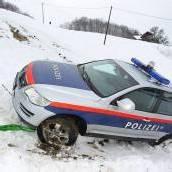 Polizeiauto auf Abwegen Mitfahrende (85) blieb unverletzt /B1