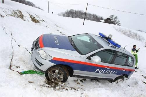 Verkehrsunfall; Unfall Tschagguns Unterziegerbergstrasse; Polizeiauto vom Weg abgekommen und ca. 100m abgestürzt; niemand verletzt;