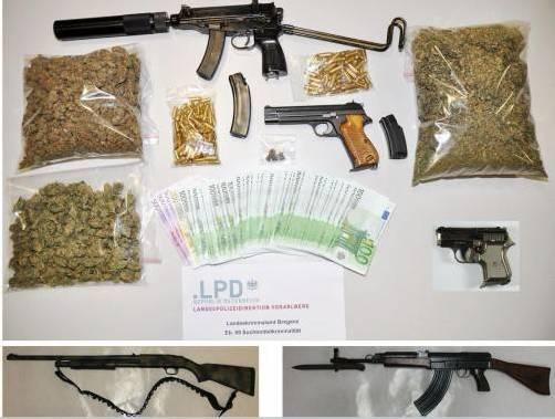 Die Ermittler stellten Cannabis-Blüten und -Harz, eine größere Bargeldsumme und mehrere Waffen samt Munition sicher. Fotos: lka