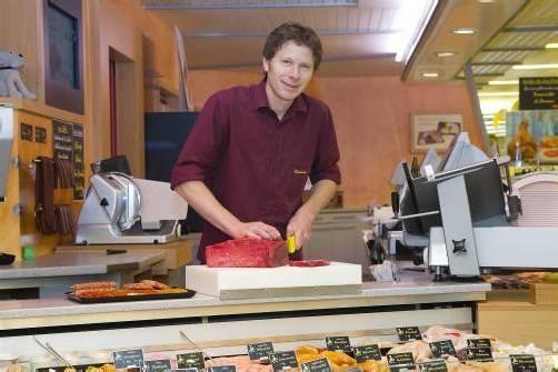 Werner Riedmann überzeugt im Altacher Markt der Familie mit außergewöhnlichem Service. Foto: VN/Paulitsch