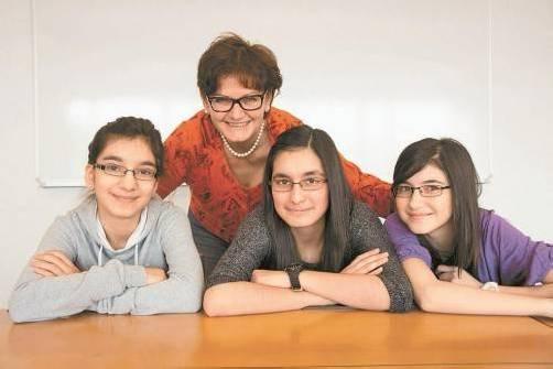 Özlem, Sultan und Asli mit Lehrerin Ingrid Deutschmann.