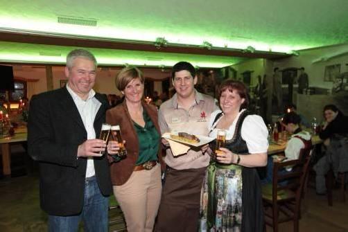 Braumeister Andreas Rose (l.) mit Marketingleiterin Sabine Treimel, Gastronomen Christian und Heike Ladurner. Fotos: AME
