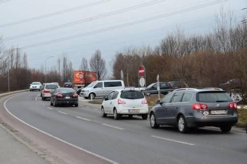 Das tägliche Szenario bei der Autobahnabfahrt in Altach. Nun soll eine Ampel installiert werden, die den Verkehr zu Spitzenzeiten regelt. Foto: HBR