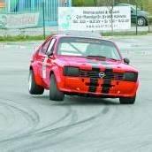 100 fahren beim Automobil-Cup mit