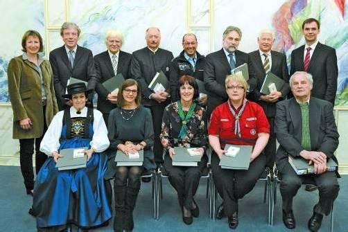 Die Ausgezeichneten mit Landtagpräsidentin Gabriele Nussbaumer und Landeshauptmann Markus Wallner. Foto: VLK