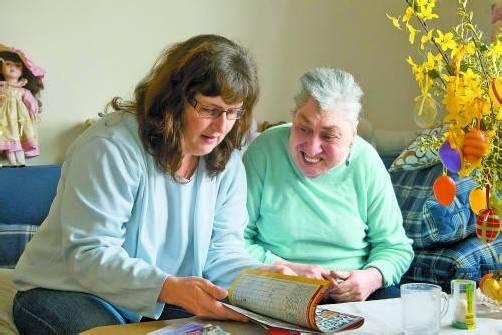 Die Betreuung behinderter Senioren folgt eigenen Regeln. Sabine Ill (l.) kennt sie. Fotos: VN/Paulitsch