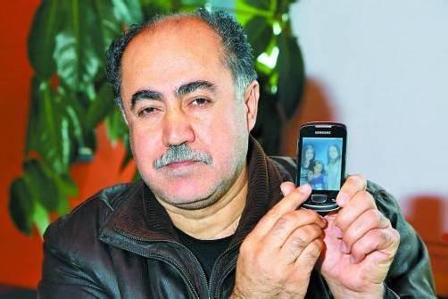 Die Bilder seiner Familie hat Kischti auf dem Handy dabei. Foto: VN