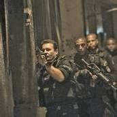 Polizisten und Soldaten in zwei Armensiedlungen