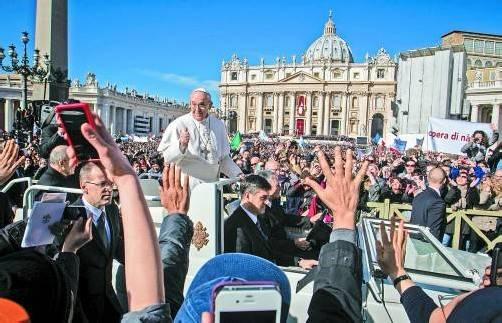 Die Menge auf dem Petersplatz empfing Papst Franziskus wie einen Popstar, der antwortete mit entsprechender Geste: Daumen hoch statt segnende Gebärde. Foto: AP