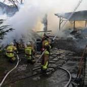 Holzschuppen fing Feuer – Flammen griffen auf Wohnhaus über