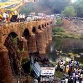 Bus stürzte in Indien von einer Brücke
