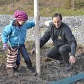 Volksschüler pflanzten Auwald an kleiner Ill
