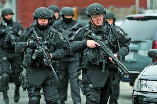 Ausnahmezustand in Boston: Sicherheitskräfte waren gestern in der ganzen Stadt unterwegs, um einen mutmaßlichen Attentäter zu suchen.