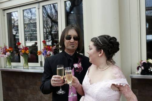 Dallas Wiens und Jamie Nash heirateten in der Kirche, in der sich der tragische Unfall von Wiens ereignet hatte. Foto: REUTERS