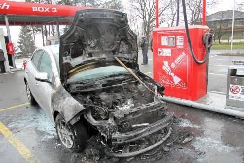 Das Auto war während der Fahrt in Brand geraten. Foto: vol.at/sturn