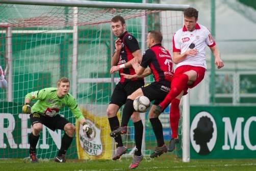 Deniz Mujic (ganz rechts) erzielte im Derbynachtrag das Goldtor für den FC Dornbirn gegen den FC Hard. Foto: steurer