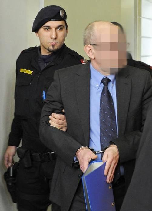 Der Ex-Polizist musste auf die Anklagebank. foto: apa
