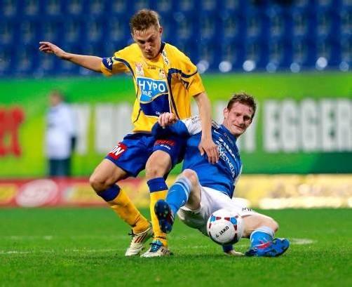Der FC Lustenau (rechts im Bild Florian Zellhofer gegen Konstantin Kerschbaumer) holte sich in St. Pölten ein verdientes 2:2-Remis. Foto: gepa