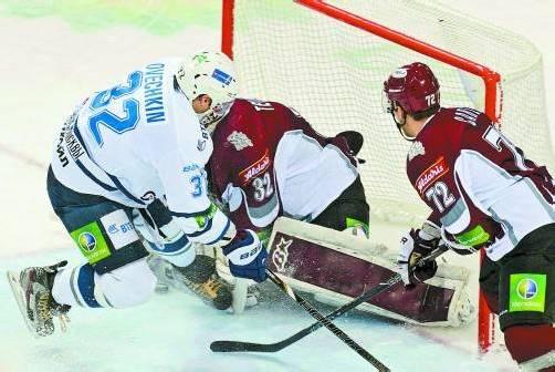 Der NHL-Streik brachte viele Stars in die KHL: Alexander Owetschkin (l.) im Dress von Dynamo Moskau kontra Rigas Mikael Tellqvist und Mathieu Carle. Foto: ap