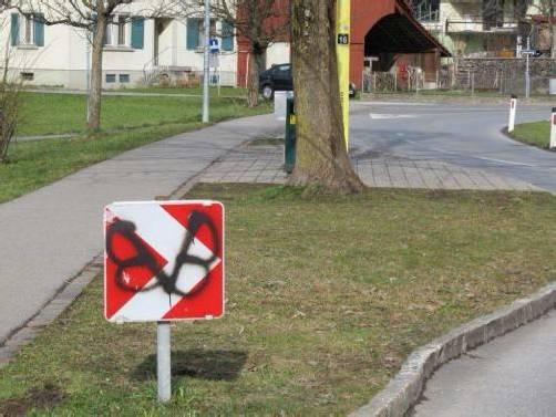 Der Täter besprühte unter anderem Verkehrszeichen. Foto: polizei