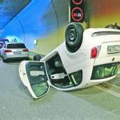 Fahrzeug überschlägt sich im Pfändertunnel