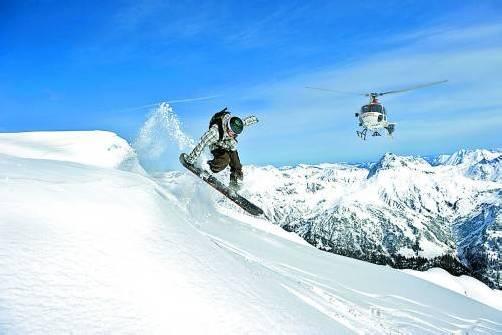 Derzeit nur in Westösterreich am Arlberg möglich: Heliskiing auf tiefverschneiten Berghängen. Foto: wucher/huber